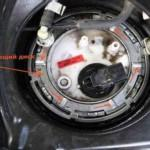 Так выглядит фиксирующий диск - его нужно демонтировать при помощи специального ключа или отвертки с молотком